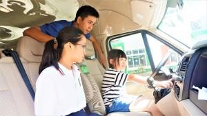 Học sinh Victoria Thăng Long thực hành kỹ năng thoát hiểm an toàn trên xe ô tô